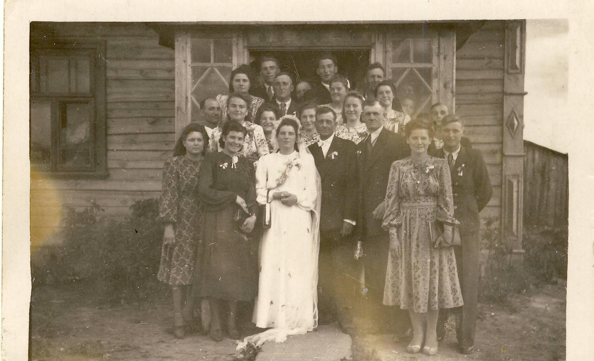 Zapole 1951 rok - wesele Amelii (na zdjęciu widoczny charakterystyczny ganek zapolskiego domu)