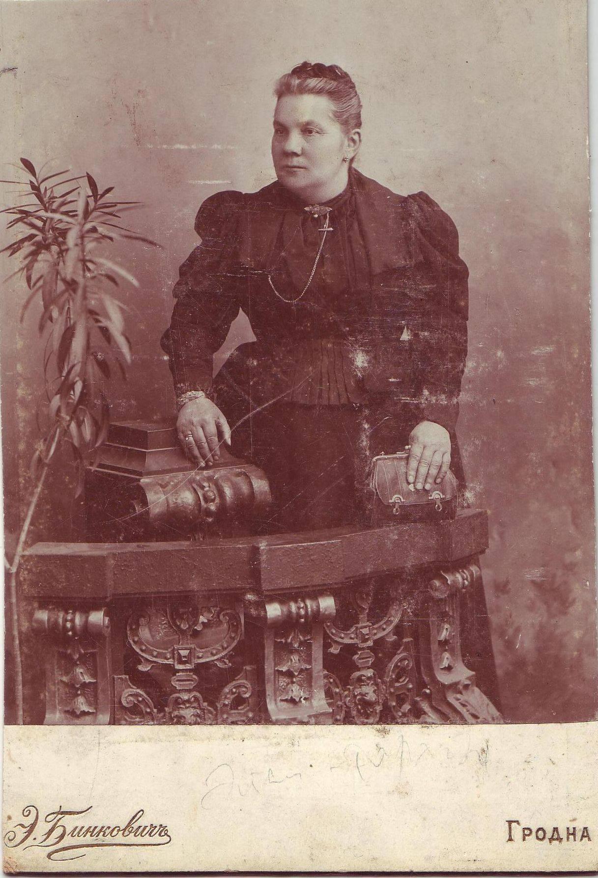 Kazimiera Tarachowa z domu Ejsymont c. Antoniego i Weroniki z domu Józefowicz